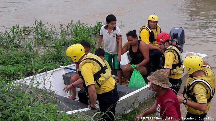 Costa Rica Rettern evakuieren Menschen vor Ankunft von Otto (REUTERS/Ministry of Public Security of Costa Rica)