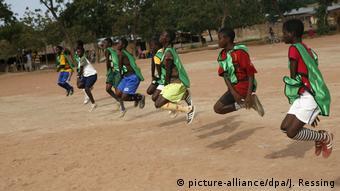 Ghana Mädchen beim Fußballtraining in Akateng