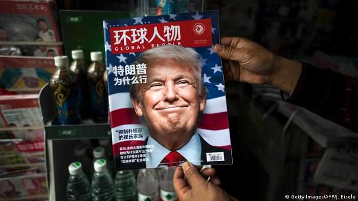 "Una copia de la revista local china ""Global People"" con una noticia de portada que traduce ¿Por qué triunfo Trump?, en un puesto de noticias en Shanghái."