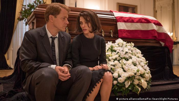 Film Jackie - Peter Sarsgaard and Natalie Portman (picture-alliance/Zuma/Fox Searchlight Pictures)