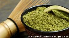 Japanischer Matcha-Tee, Bambusbesen und Spatel, Schale mit Gruenteepulver / Gruener Tee, Grüner Tee | Verwendung weltweit
