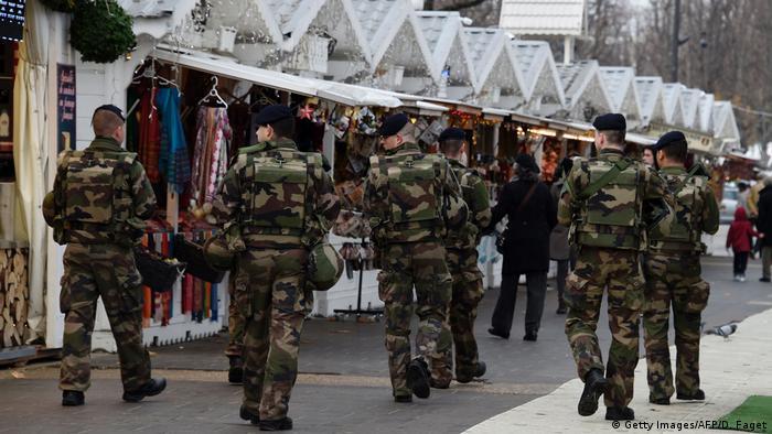 Frankreich Soldaten im Weihnachtsmarkt am Champs-Elysee in Paris (Getty Images/AFP/D. Faget)