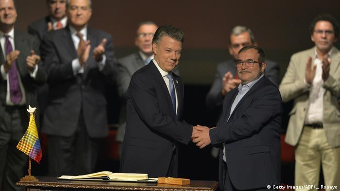Kolumbiens Präsident Juan Manuel Santos und FARC-Führer Timoleon Jimenez (Getty Images/AFP/L. Robayo)