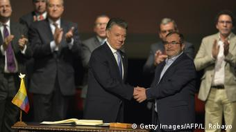 Colombian President Santos and FARC leader Timoleon Jimenez at the signing of a peace agreement