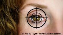 Fadenkreuz auf einem Frauenauge | hairline cross on a woman's eye | Verwendung weltweit