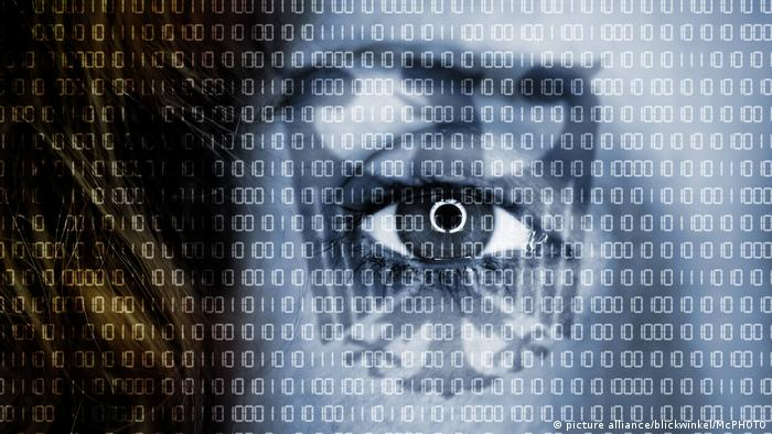 Фото, исмволизирующее шпионаж в Сети - глаз на фоне нулей и единиц