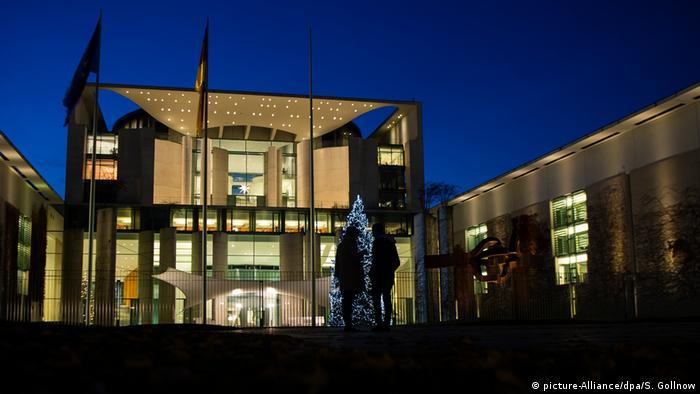 Leuchtendes Bundeskanzleramt (picture-Alliance/dpa/S. Gollnow)
