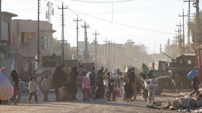 Irak Zivilisten gehen zum befreiten Viertel Kirkuli in Mosul (DW/F. Neuhof )