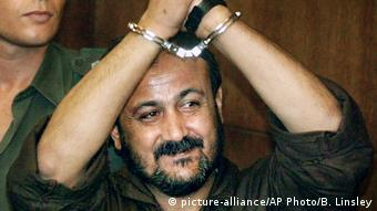 Marwan Barghouti in Handschellen (Foto: picture-alliance/AP Photo/B. Linsley)