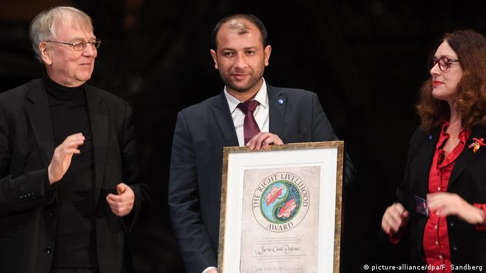 Голова Білих шоломів Раїд аль-Салех (у центрі) та засновник премії Якоб фон Ікскюль (ліворуч)
