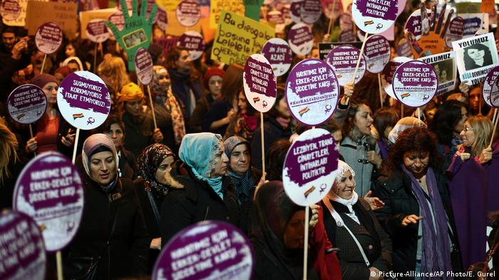 Tausende von türkischen Frauen marschieren gegen ein Gesetzesprojekt der Regierung