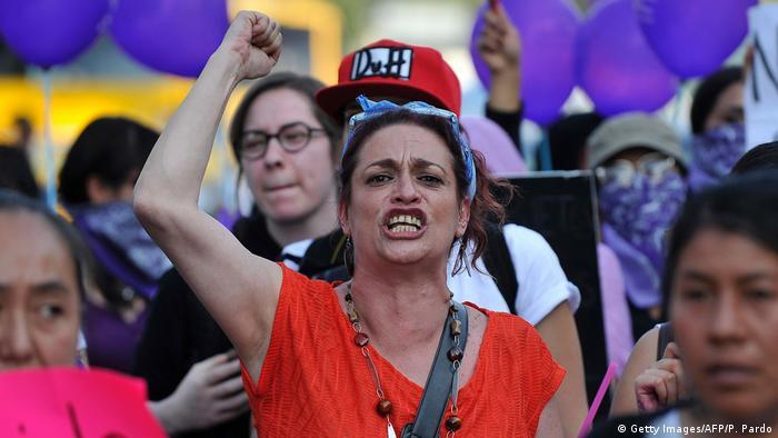 Activistas marchan durante la conmemoración del Día Internacional para la Eliminación de la Violencia contra la Mujer en Naucalpan, México