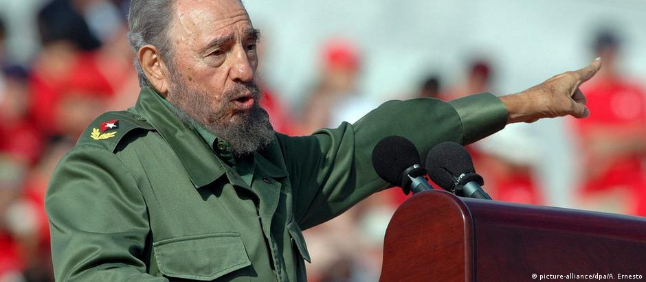 Castro discursa na Praça da Revolução de Havana no Dia do Trabalho, em 2006