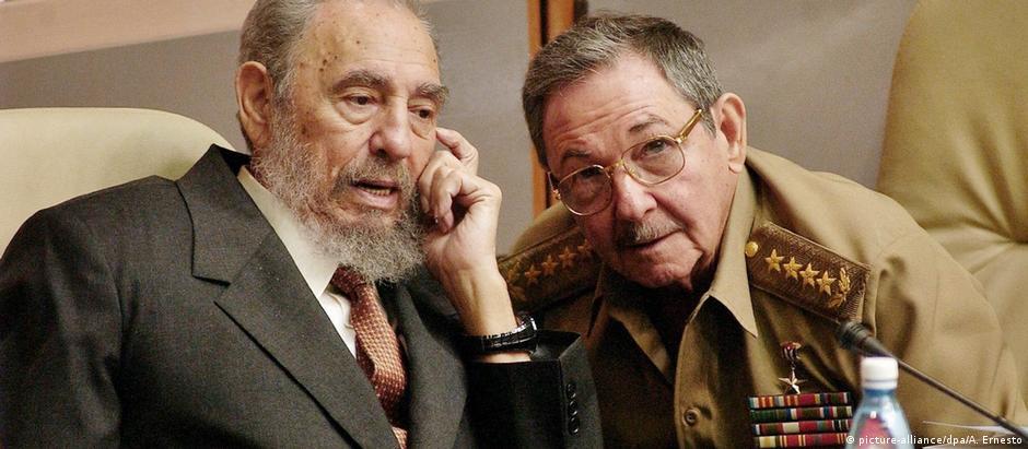 Imagem de arquivo mostra Fidel (e.) e Raúl Castro em 2004