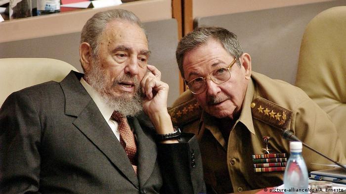 Фідель Кастро (ліворуч) з братом Раулем, 2004 рік