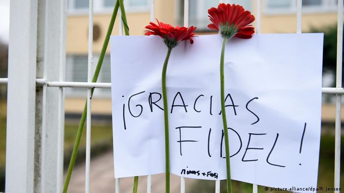 Цветы и записка Спасибо, Фидель у ворот посольства