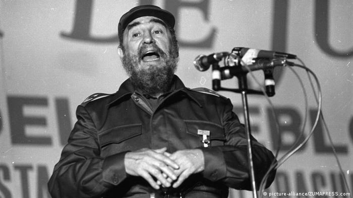 Фидель Кастро произносит речь
