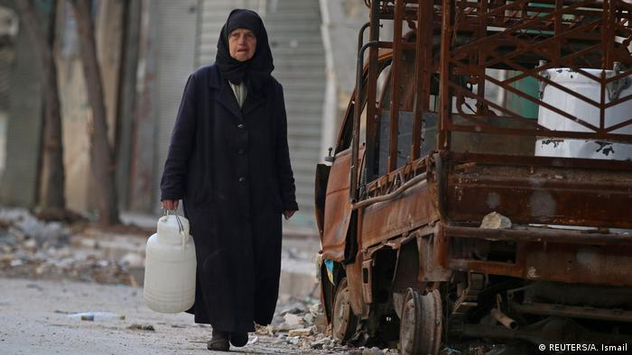 Aleppo Frau mit Wasserbehälter (REUTERS/A. Ismail)