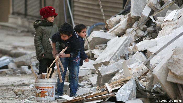 Aleppo Kinder sammeln Brennholz nach Luftangriff (REUTERS/A. Ismail)