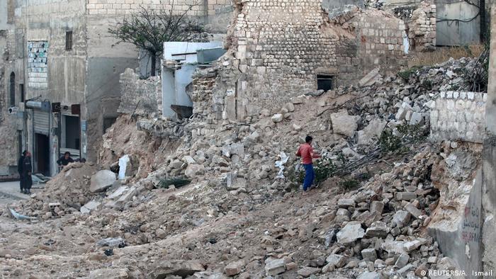 Aleppo Zivilist sammelt Baumäste (REUTERS/A. Ismail)
