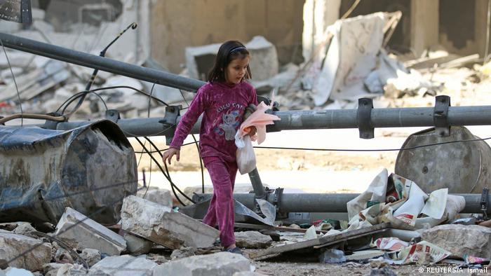 Aleppo Mädchen läuft durch zerstörten Stadteil nach Luftangriffen (REUTERS/A. Ismail)