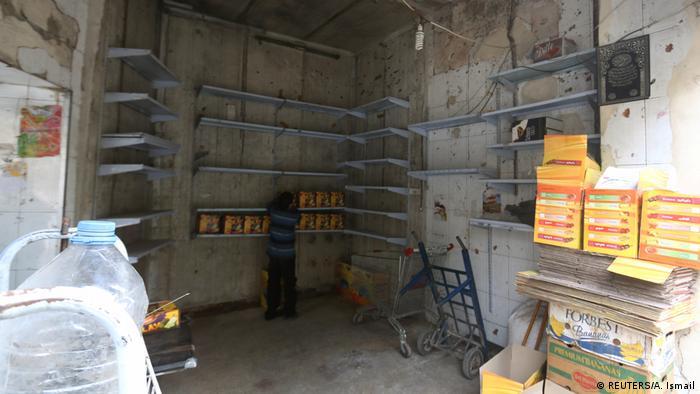 Aleppo Junge kontrolliert Waren im Lebensmittelgeschäft (REUTERS/A. Ismail)