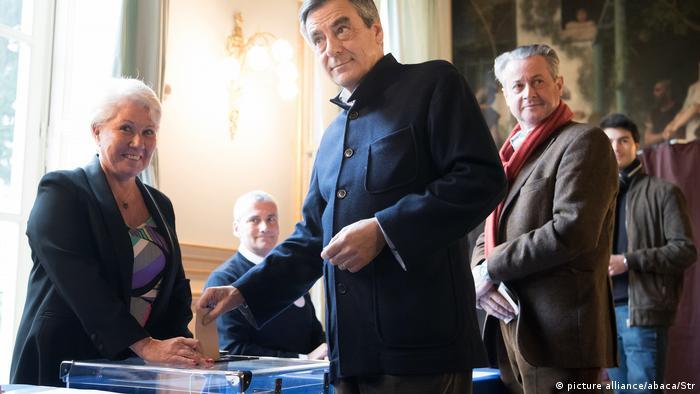 Франсуа Фійон (в центрі) голосує на праймеріз республіканців