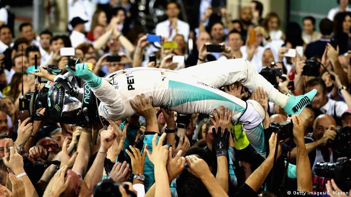 Una multitud celebra a Nico Rosberg, que se acaba de coronar campeón mundial.