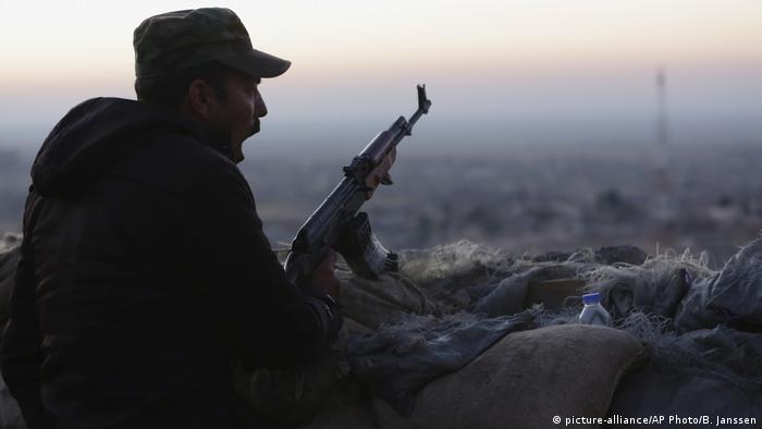 Kurdish fighter in Iraq (picture-alliance/AP Photo/B. Janssen)