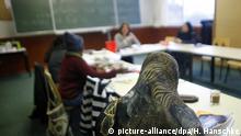 ARCHIV - Migrantinnen nehmen an einem Alphabetisierungskurs der Volkshochschule (VHS) in einem Unterrichtsraum des Interkulturellen Zentrums für Dialog und Bildung (IZDB) in Berlin teil, aufgenommen am 01.12.2009. An Thüringer Volkshochschulen können neuerdings auch Flüchtlinge lesen und schreiben lernen. Foto: Hannibal/dpa (zu lth «Alphabetisierungskurse sind seit Herbst für Flüchtlinge offen» vom 27.11.2015) +++(c) dpa - Bildfunk+++ | Verwendung weltweit