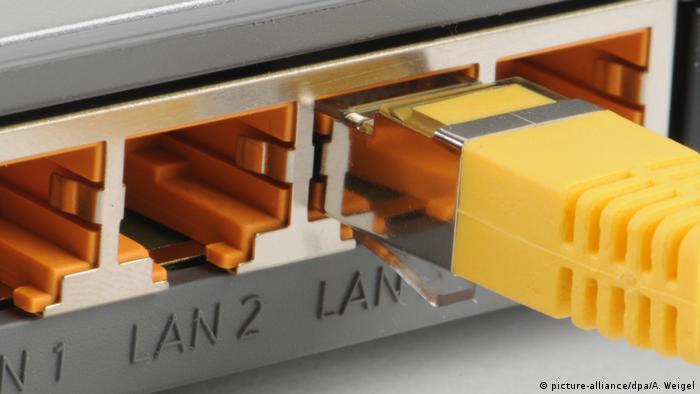 WLan Router Datenaustausch (picture-alliance/dpa/A. Weigel)