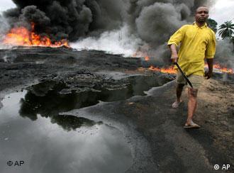 Brennende Ölpipeline in Nigeria