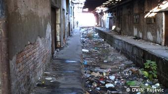Άθλιες οι συνθήκες υγιεινής για τους πρόσφυγες έξω από μια παλιά σιδηροδρομική αποθήκη στο Βελιγράδι