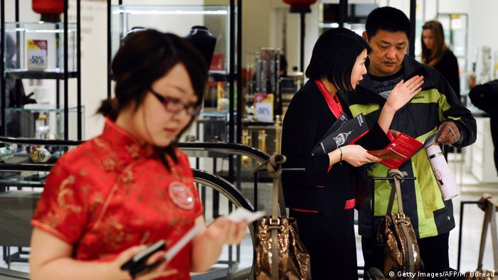 Symbolbild Asiaten beim Shopping in Europa (Getty Images/AFP/M. Bureau)