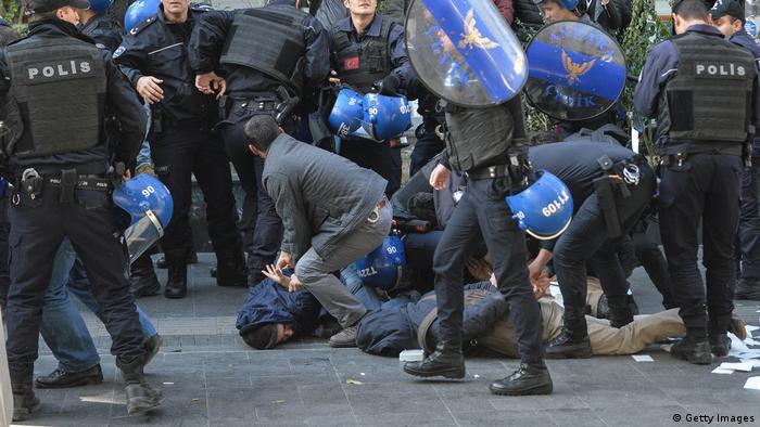 Türkei Polizei verhaftet Unterstützer der pro kurdischen Halkların Demokratik Partisi Partei (Getty Images)