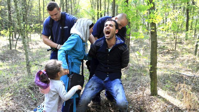 Flüchtlinge am Grenzübergang Röszke (Reuters/B. Szabo)
