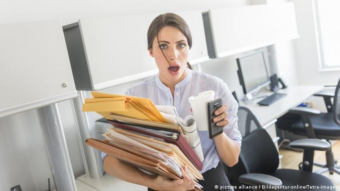 Женщина курит в офисе видео