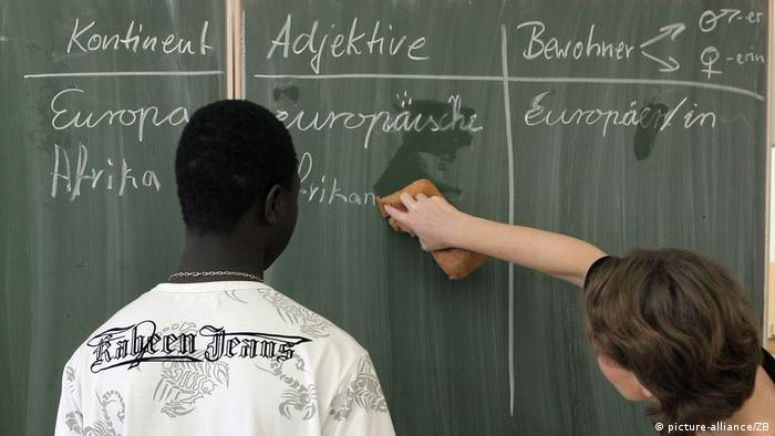 German students writing on a chalk board (picture-alliance/ZB)