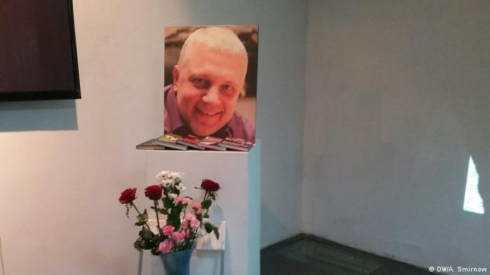 Цветы и портрет убитого журналиста Павла Шеремета
