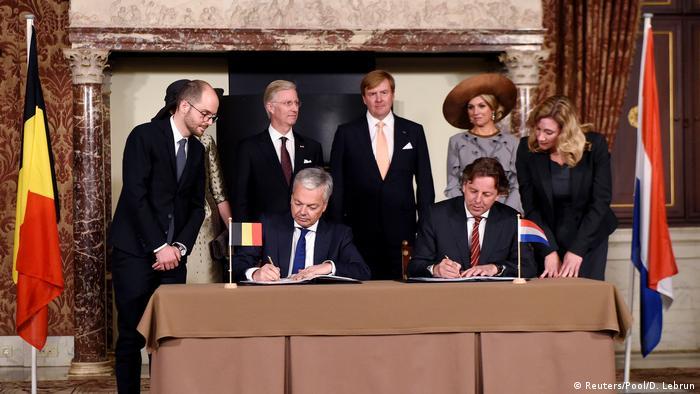 Niederlande Belgischer und Niederländischer Außenministern Reynders und Koenders unterzeichnen Grenzenabkommen (Reuters/Pool/D. Lebrun)