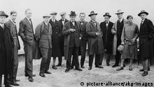 Gruppenbild der Bauhausmeister 1926, v. l. n. r: Josef Albers, Hinnerk Scheper, Georg Muche, László Moholy-Nagy, Herbert Bayer, Joost Schmidt, Walter Gropius, Marcel Breuer, Wassily Kandinsky, Paul Klee, Lyonel Feininger, Gunta Stölzl und Oskar Schlemmer