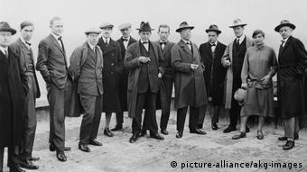 Group picture of the Bauhaus masters, with just one woman: Gunta Stölzl, in 1926 (picture-alliance/akg-images)