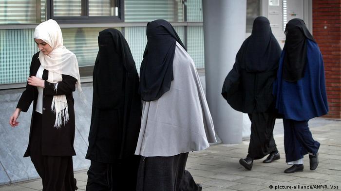 Niederlande Amsterdam Frauen mit Vollverschleierung