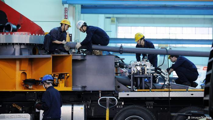 Рабочие машиностроительного завода в Китае