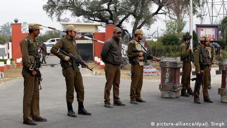 Indien Kaschmir Soldaten vor Absperrung (picture-alliance/dpa/J. Singh)
