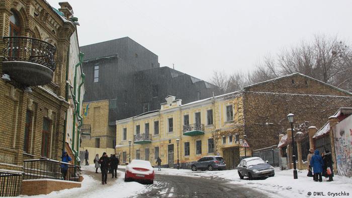 Будівництво нової споруди Театру на Подолі профінансувала корпорація Roshen. На спорудження виділили 165 мільйонів гривень з дивідендів, отриманих від Липецької фабрики, розташованої в Росії. Про це йдеться в звіті про благодійність на офіційному сайті корпорації.