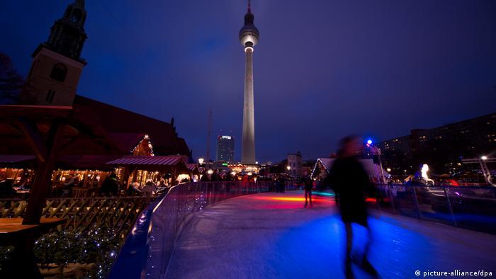 Weihnachtsmarkt am Roten Rathaus in Berlin (picture-alliance/dpa)