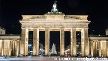 27.11.2016 Der leuchtende Weihnachtsbaum auf dem Pariser Platz ist am 27.11.2016 in Berlin hinter dem Brandenburger Tor zu sehen. Foto: Paul Zinken/dpa +++(c) dpa - Bildfunk+++ | Verwendung weltweit