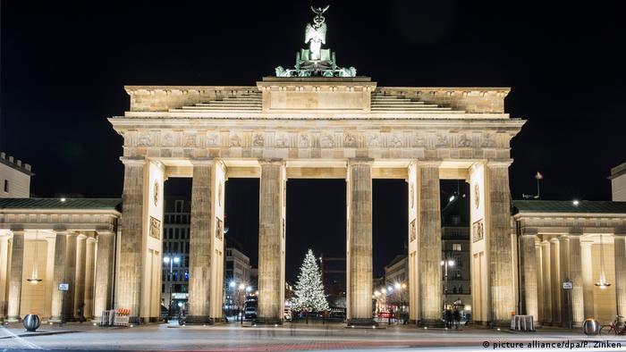 Weihnachtsbeleuchtung am Brandenburger Tor Berlin (picture alliance/dpa/P. Zinken)