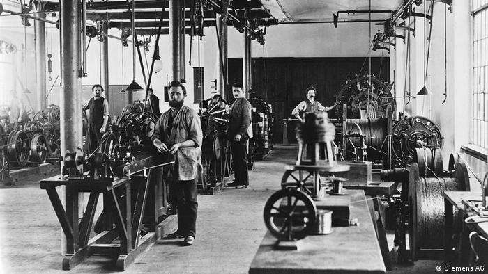 Работники Siemens на фабрике в Берлине